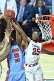 2015 baloncesto del NCAA - templo contra el estado de Delaware Imagenes de archivo