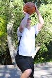 Baloncesto del tiroteo del hombre afuera Foto de archivo