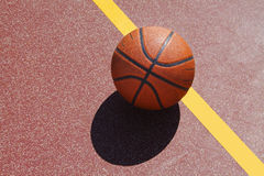 Baloncesto en corte Foto de archivo libre de regalías