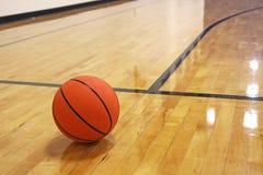 Baloncesto en corte Imágenes de archivo libres de regalías