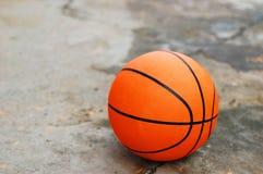 Baloncesto en el pavimento quebrado foto de archivo libre de regalías