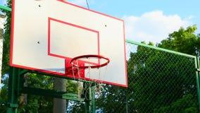 Baloncesto en la calle, entrenamiento que golpea la bola para el baloncesto en la cesta El concepto de deportes, entrenamiento metrajes