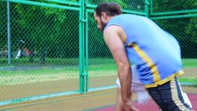 Baloncesto en la calle, entrenando para hacer juegos malabares una bola para el baloncesto El concepto de deportes, entrenamiento almacen de video