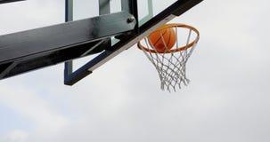 Baloncesto en la cancha de básquet 4k almacen de metraje de vídeo