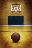 Baloncesto en la corte de la bola para la competencia y los deportes fotos de archivo