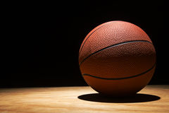 Baloncesto en la madera dura 2015 fotos de archivo