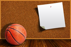 Baloncesto en un fondo Cork Board With Copy Space Fotos de archivo