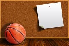 Baloncesto en un fondo Cork Board With Copy Space Fotos de archivo