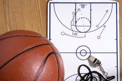 Baloncesto, juego del Callejón-oop del sujetapapeles del silbido Foto de archivo