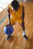 Baloncesto practicante del adolescente de la opinión de alto ángulo Imágenes de archivo libres de regalías