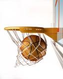 Baloncesto que centra la cesta, cierre encima de la visión. Fotos de archivo libres de regalías