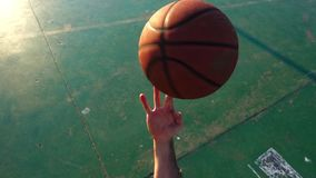 Baloncesto que juega la opinión de cámara lenta