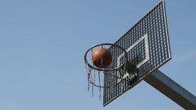 Baloncesto que pasa con la cámara lenta del aro almacen de metraje de vídeo