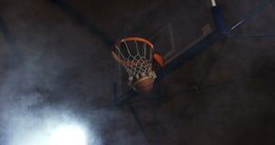 Baloncesto que pasa a través de aro metrajes