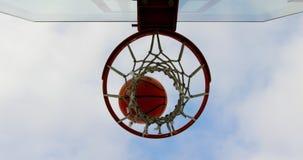 Baloncesto que pasa a través del aro de baloncesto 4k almacen de video