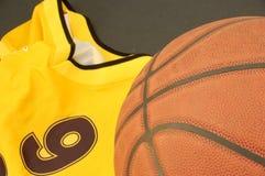 Baloncesto y camiseta Fotografía de archivo libre de regalías
