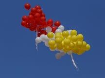 Balones de aire que vuelan en un cielo azul Fotografía de archivo libre de regalías