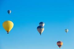 Balones de aire que vuelan sobre el valle en Cappadocia imagen de archivo