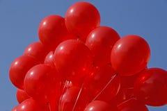 Balones de aire rojos contra el cielo azul Fotografía de archivo