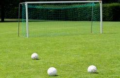 Balones de fútbol delante de la meta Imagen de archivo libre de regalías