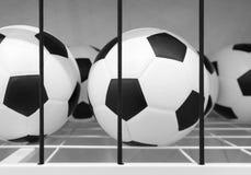 Balones de fútbol en estante del tamiz del metal Imagenes de archivo