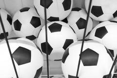 Balones de fútbol en estante del tamiz del metal Imágenes de archivo libres de regalías