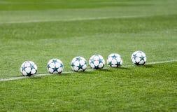 Balones de fútbol en hierba verde Fotografía de archivo libre de regalías