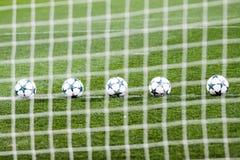 Balones de fútbol en hierba verde Foto de archivo