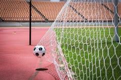 Balones de fútbol en la meta Imagenes de archivo