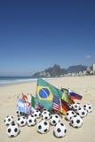 Balones de fútbol internacionales de banderas de país del fútbol Rio de Janeiro Brazil Imágenes de archivo libres de regalías