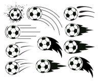 Balones de fútbol y del fútbol del vuelo Fotografía de archivo