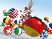 Balones de fútbol que caen Fotos de archivo libres de regalías