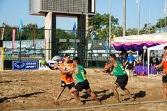 Balonmano de la playa, jugador que hace un servicio en los juegos nacionales 2018 de Tailandia, Jiang Hai Games fotos de archivo libres de regalías
