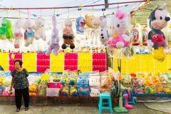 Balonowa gry i lali nagroda przy Świątynnym jarmarkiem w Bangkok, Tajlandia zdjęcie royalty free