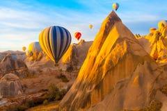Balonowa sylwetka w wschodu słońca niebie Cappadocia Turcja Zdjęcia Stock