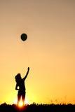 balonowa szczęśliwa sylwetki zmierzchu kobieta Zdjęcia Stock
