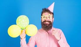 Balonowy artysta przy przyjęciem urodzinowym Brodaty mężczyzna zabawia dzieciaków przy Międzynarodowym dziecko dnia świętowaniem  zdjęcie royalty free