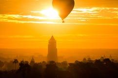 Balonowy latanie nad Bagan Nan Myint wierza Fotografia Stock