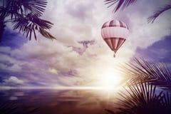 Balonowy latanie nad tropikalnym oceanem Fotografia Stock
