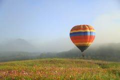 Balonowy latanie w niebo mgle Zdjęcie Stock