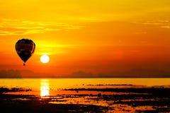 Balonowy latanie w zmierzch nad morzem Zdjęcie Royalty Free