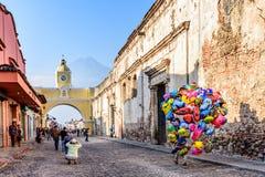 Balonowy sprzedawca w ulicie z łukiem, ruinami & volca Santa Catalina, Obraz Royalty Free