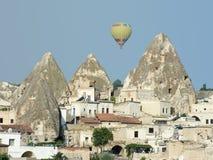 balonowych kominów czarodziejska goreme wioska Zdjęcia Royalty Free