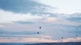 Balonu pławik przez nieba Turyści przychodzący Cappadocia objeżdżać balony od dookoła świata zbiory