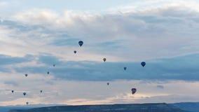 Balonu pławik przez nieba Turyści przychodzący Cappadocia objeżdżać balony od dookoła świata zbiory wideo