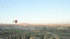 Balonu pławik przez nieba Turyści przychodzący Cappadocia objeżdżać balony od dookoła świata zdjęcie wideo