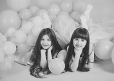 Balony dla przyjęć urodzinowych Młoda dziewczyna przy studiiem z różowymi balonami Zdjęcia Royalty Free