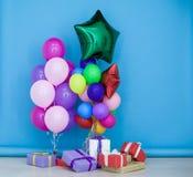 Balony i prezenty dla urodzinowego świętowania obrazy royalty free