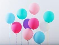 Balony na białym drewnianym tle zdjęcia stock