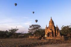 Balony nad Bagan przy wschodem słońca zdjęcia royalty free